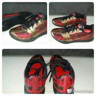 Nike Kobe Mentality, Black Metallic Aged Coin Red Lunarlon,   Nike Kobe Bryant Mentality Mens Basketball Shoe