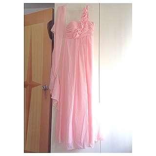 粉紅單肩姐妹裙配披肩