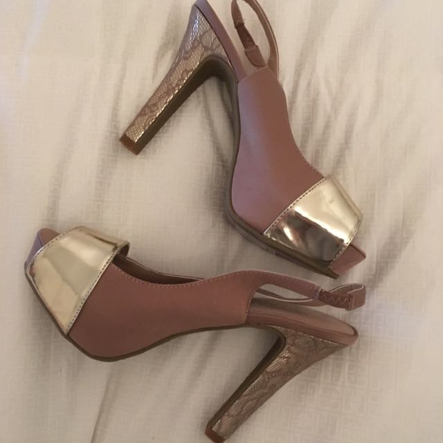 BRAND NEW Nude/Gold Pumps Size 8