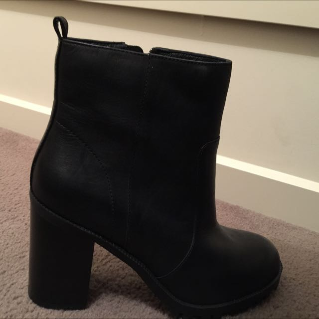 URBAN SOUL black leather boots in size 40 (size 9)