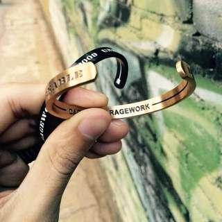 LUST LTD獨家原創潮牌復古風西海岸字母凹刻開口情侶鈦鋼手鐲手環