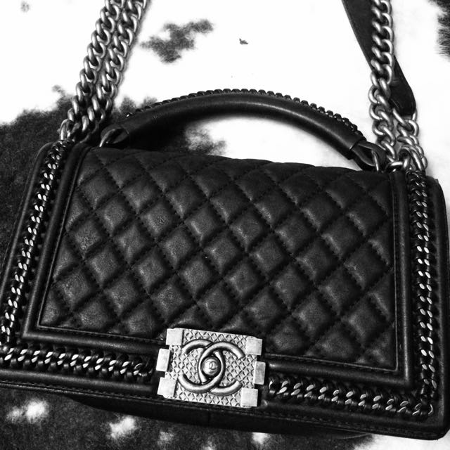5552ff10062bb9 Boy Chanel Chain Handle Flap Bag, Luxury, Bags & Wallets on Carousell