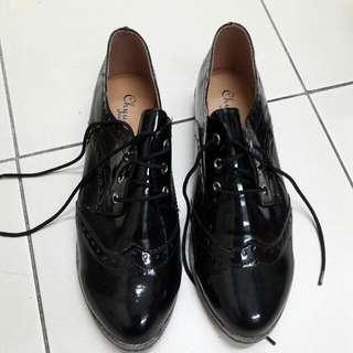 學院風黑漆皮牛津鞋。40號