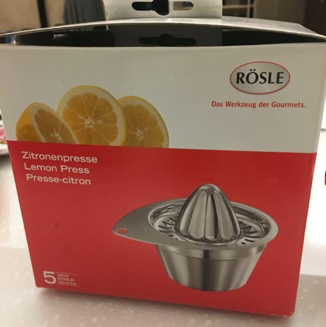 水果榨汁器-送手沖咖啡器一個。瓷盤2個。(9成新。用了2次)