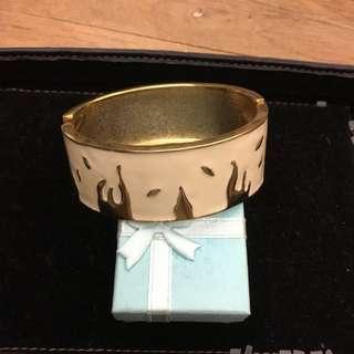 金屬乳白手環