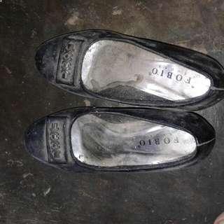 Sepatu Hitam Fobio