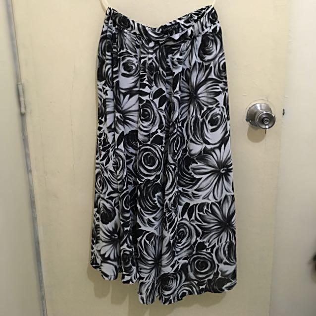 Pre-loved B&W skirt (below the knee)