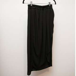 Black flowy skirt with slit (MENDOCHINO)