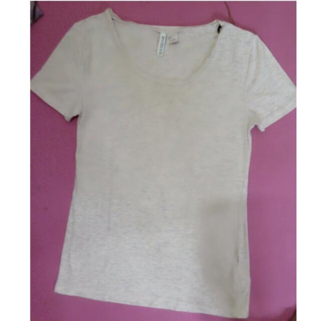 T-shirt Basic H&M. Ukuran =S. Warna =Pink dengan Corak Abu-abu Tipis. Adem...