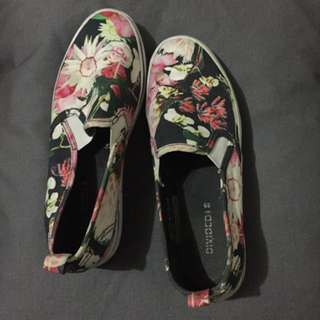 H & M Divided Floral Sneakers-size39