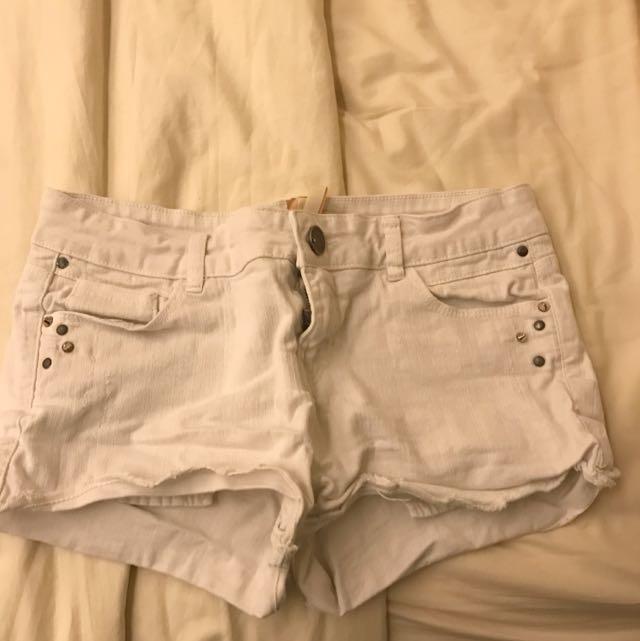 edd3ea59c9 Bershka White Shorts, Women's Fashion, Clothes, Pants, Jeans ...