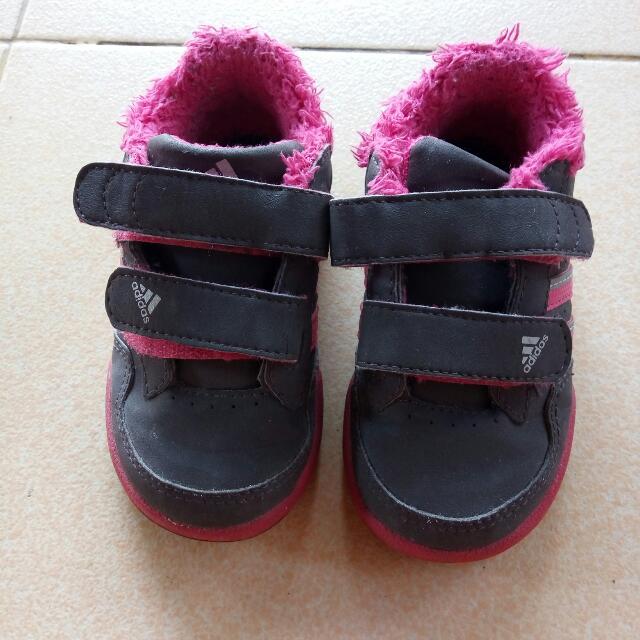 Sepatu anak perempuan Adidas