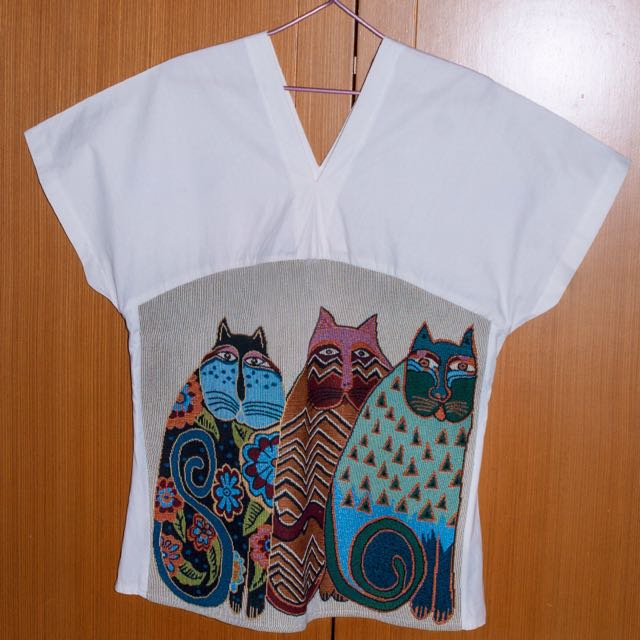 V neck top - white - cats