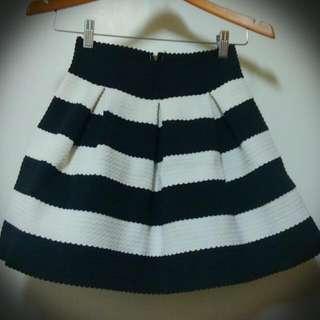 特殊材質的澎澎黑白裙