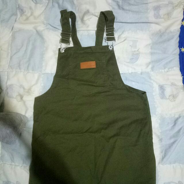 軍綠吊帶裙