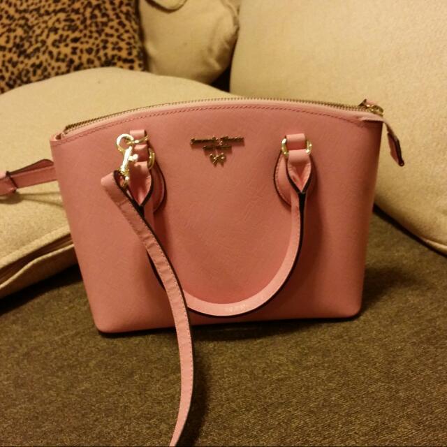 日本品牌 粉紅斜背包