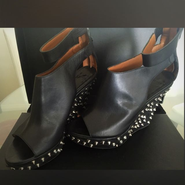 Givenchy Studs Heels 95% New