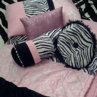 Twin Comforter With 3 Deco Pillows