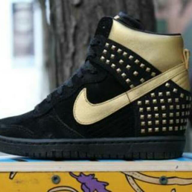 Nike Womens DUNK SKY HI - Size 6