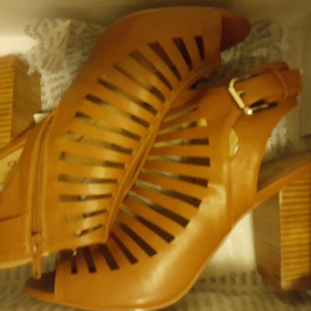 Novo brand new sandles