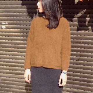黃棕色兔毛毛衣