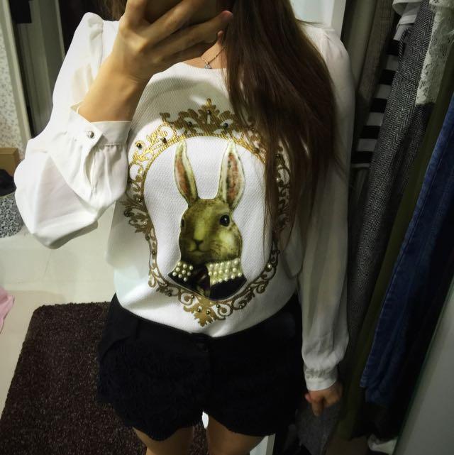 (二手)米白巴洛克風格兔子圖案絲質圓領襯衫