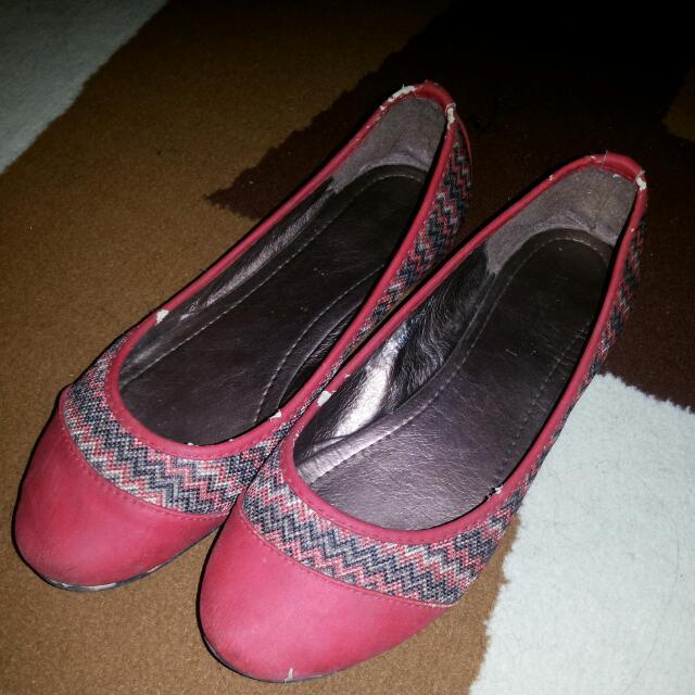 Sepatu Merah Aksen Patern Warna