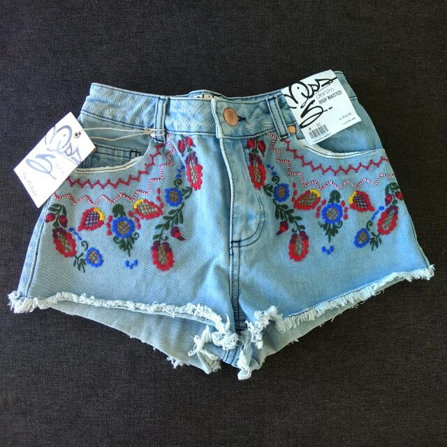 BRAND NEW Miss Selfridge Floral Embroidered Light Wash High Waisted Jean Shorts Size 4