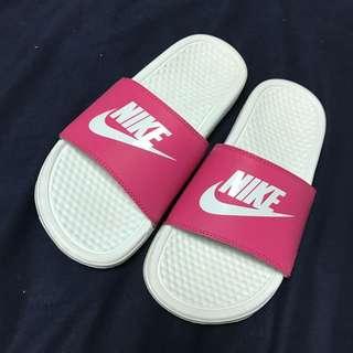 Nike 粉色拖鞋