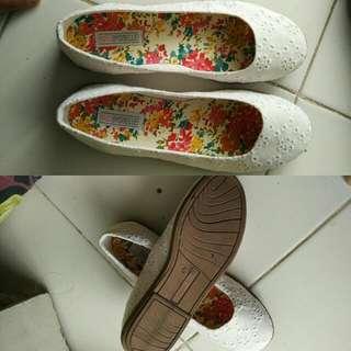 Sepatu Flat Putih