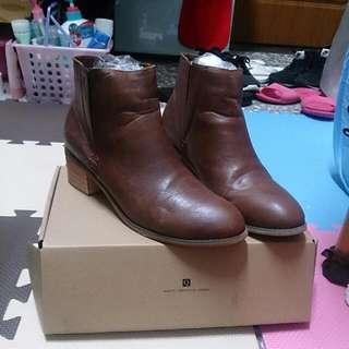 QS咖啡色短靴