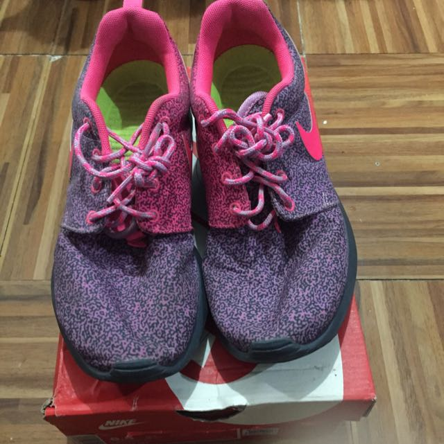 Authentic Nike Roshe Run Light Magenta Hyper Pink Size 6.5 but it fits size 7 and 8 as well so flexible Limited Edition