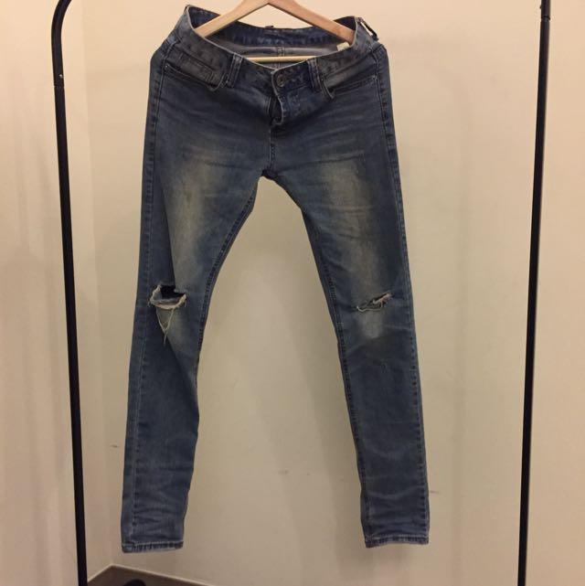 淺色破膝牛仔褲 水洗