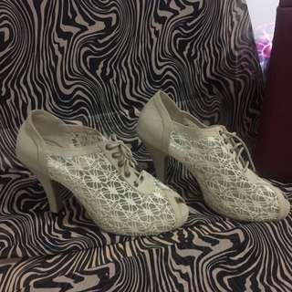 Sepatu Julia'r