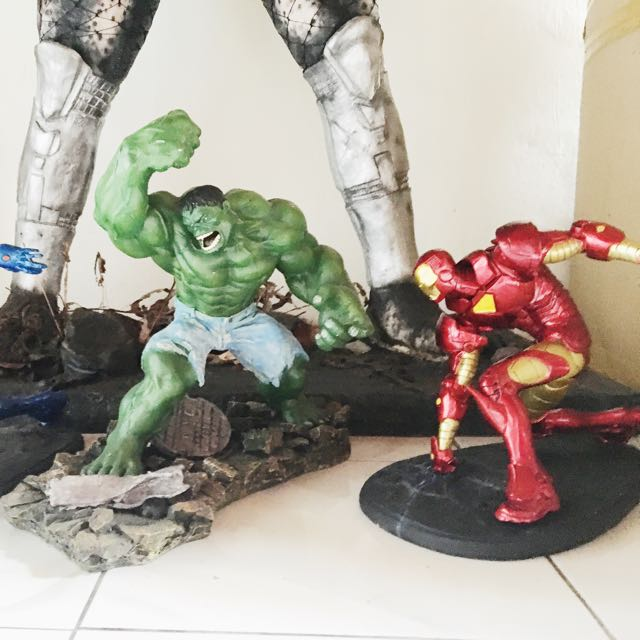 HULK AND IRON MAN STATUE