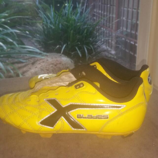 Blades Soccer/Footy Boots Sz2