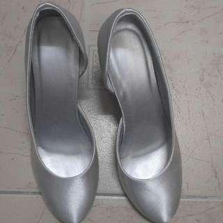 銀色 1吋半 姊妹鞋 八成新, 沒有標明尺碼, 我平時穿開37吋半至38號鞋都合穿