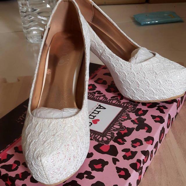 白色蕾絲高跟鞋