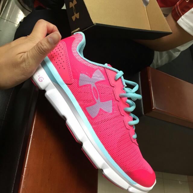 UA 女款粉色跑鞋