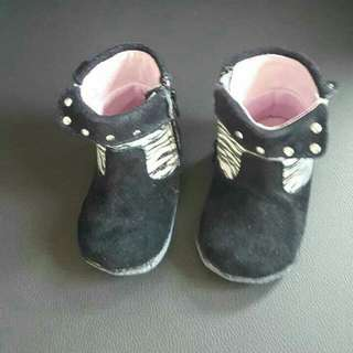 BNIB ROBEEZ GIRLS BOOTIES 6-9 MONTHS