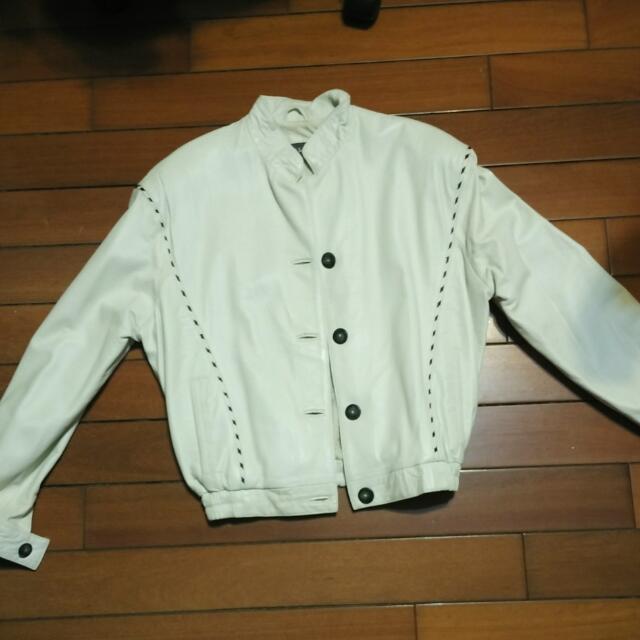 白色皮外套