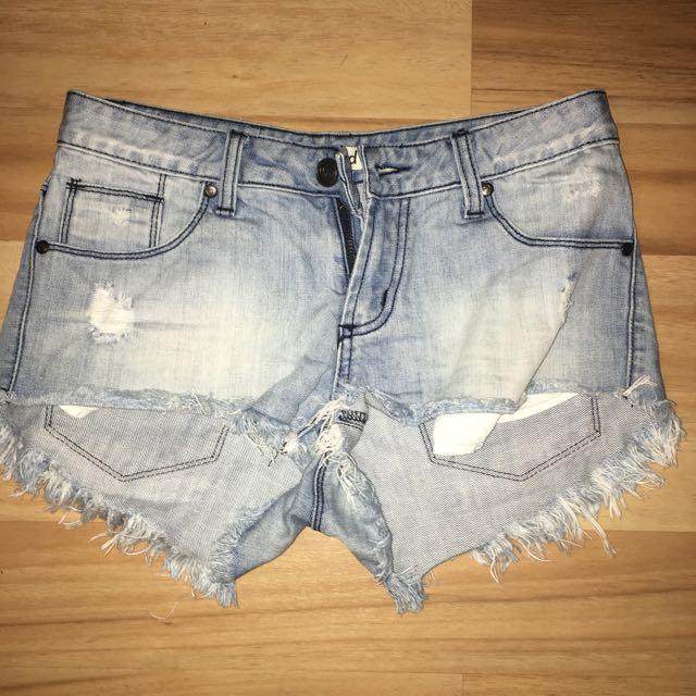 Denim Shorts Light an Frayed