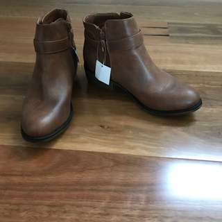 NEW Boots Size 9
