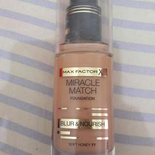 Foundation Maxfactor Shade Soft Honey.