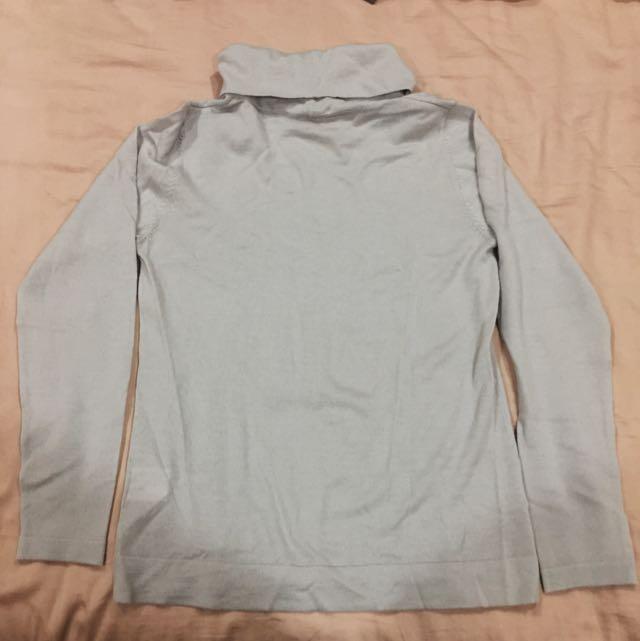 淺灰色高齡針織衫