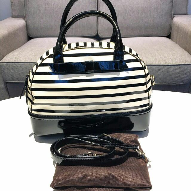 Preloved - Kate Spade Chelsea Park Warna : black and cream  100% Kate Spade authentic, minor defect - wrinkles in the side, complete with dust bag and care card