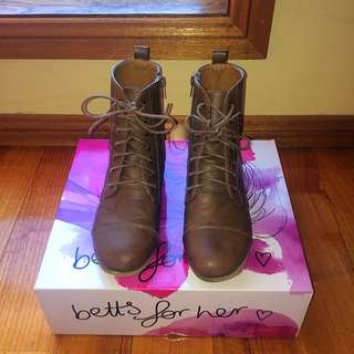 SIZE 38 BROWN LACE UP BOOTS