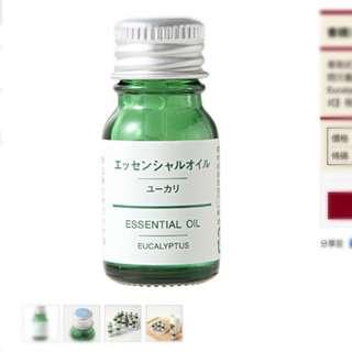 無印良品 香精油/尤加利香氣近似薄荷,澄淨清新、略為強烈,可振作鬱悶沉重的情緒。精油原價330