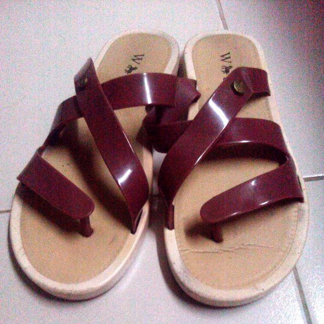 maroon jelly slippers