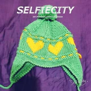 毛毛球愛心綠色毛線帽。
